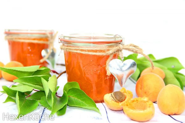 In saubere, sterilisierte Marmeladengläser füllen. Kühl und trocken lagern.